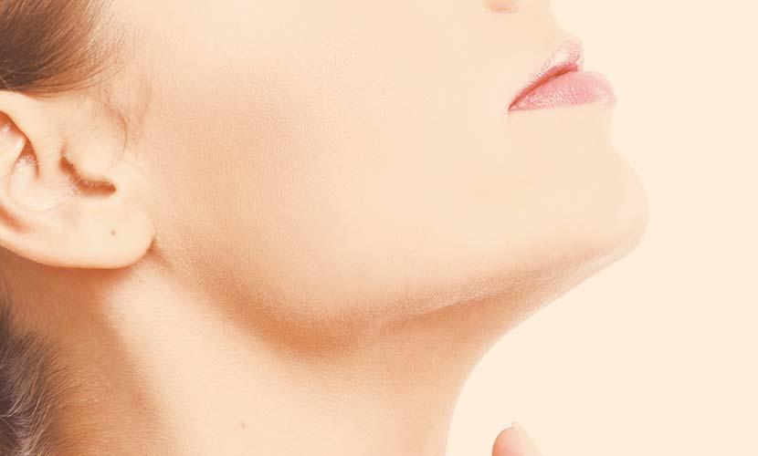 高濃度トリクロロ酢酸(TCA)と低濃度過酸化水素(H2O2)を正確な濃度で配合することにより、フロスティング(皮膚の剥離作用)を起こすことなくお肌の深い真皮層までアプローチすることができます。 マッサージをしながら塗りこむことで浸透率を高め、繊維芽細胞をより活性することでコラーゲンの増生を促します。