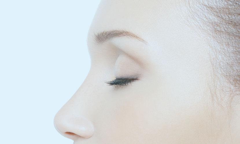 上まぶたを数ミリ切開し、脂肪を除去する方法です。 まぶたが厚い・腫れぼったい方は上瞼の脂肪を除去することにより、スッキリとした目元になります。他の二重まぶたの治療と合わせて施術すると、ラインがキレイに出る相乗効果もあります。