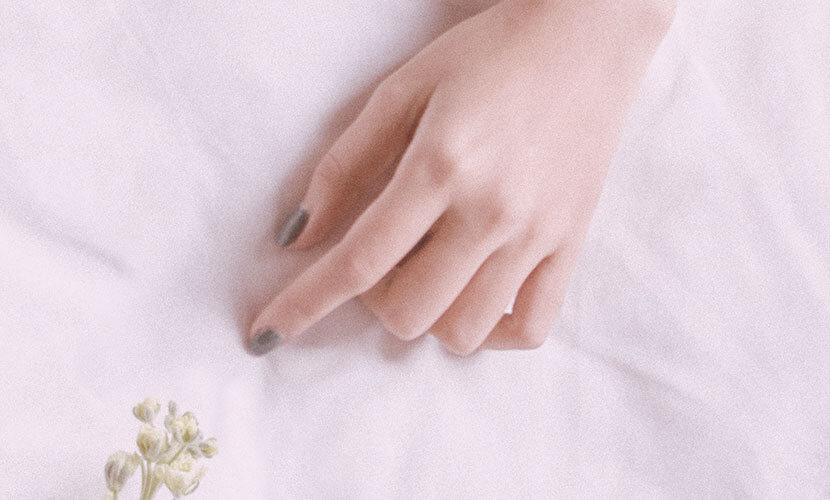 手の甲の皮下脂肪は年齢と共に萎縮していきます。そのため、皮下脂肪に埋もれていた血管や腱が徐々に浮いて目立ってきてゴツゴツして年齢を感じさせる手の甲になってしまいます。 ヒアルロン酸を注入することで直後から目立たなくなり、ハリのある、女性らしい手の甲に戻る治療法です。