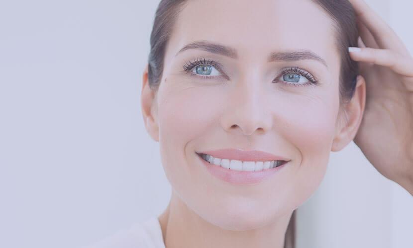ライムライトは、紫外線や老化による肌の色むらや質感の乱れを改善し、理想の肌状態へ導く光治療です。 従来の光治療ではあきらめていたしみやそばかすにも、高い効果を発揮し、治療時の痛みも少ないのが特徴です。