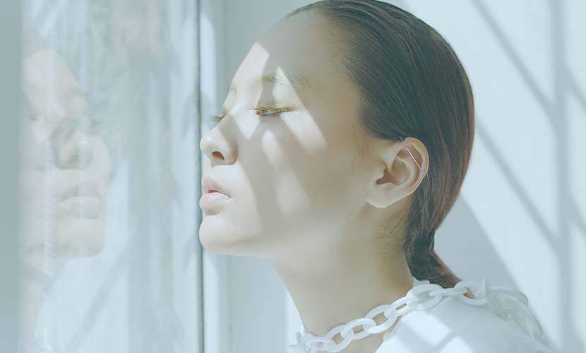 こめかみの横から頬に向かって数本の糸を挿入して肌を引きあげることで、見た目にも明らかなたるみでもしっかりとシャープなラインへと改善します。 糸の引き上げ力に大きく影響するコグ(とげ)は、プレス成型技術で糸と一体化させて作っているコグで強度も高いため引き上げ力が強いのが特徴です。