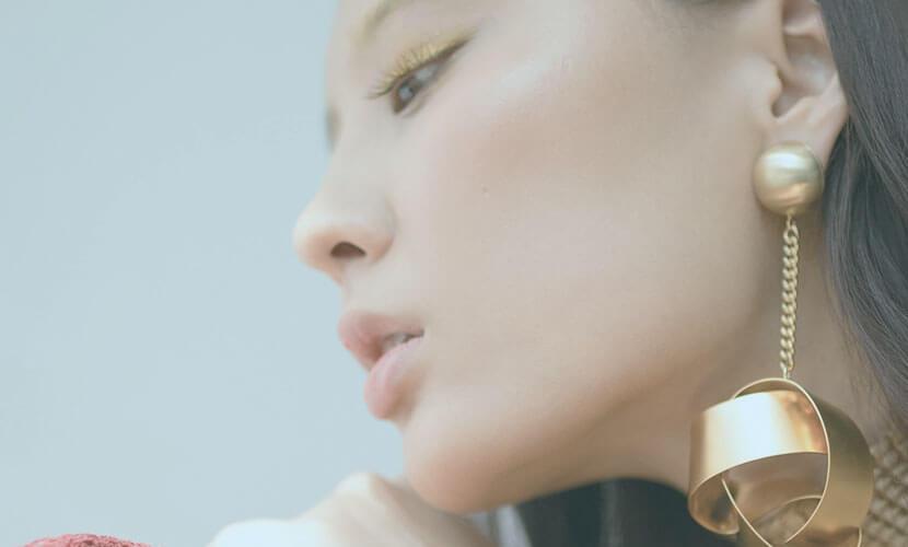 セルフロックとは、コグ付吸収糸によるお顔のたるみ治療です。 360°らせん状に付いたゴクが皮下内での滑りを抑制し、強力なリフティング効果可能!!糸は通常6カ月程度で吸収され、1年程効果が持続します。